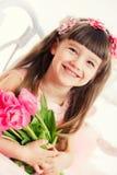 Портрет маленькой девочки, розовые тюльпаны в руках стоковая фотография rf