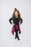 Портрет маленькой девушки битника в куртке бомбардировщика представлять Курчавый современный стиль причёсок усмехаться Стоковое Изображение RF