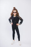 Портрет маленькой девушки битника в солнечных очках представлять Курчавый современный стиль причёсок стоковое изображение rf