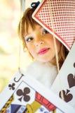 Портрет маленькой красивой девушки с карточками важной игры Стоковое фото RF
