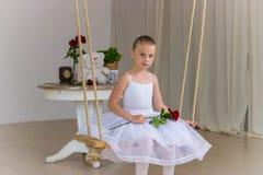Портрет маленькой милой балерины на качании Стоковое Изображение RF