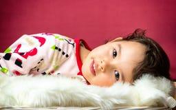 Портрет маленькой милой девушки в изолированной кровати Стоковые Изображения