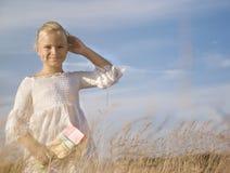 Портрет маленькой милой девушки в пшеничном поле Стоковое фото RF