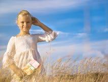 Портрет маленькой милой девушки в пшеничном поле Стоковая Фотография RF