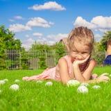 Портрет маленькой милой девушки играя с белизной Стоковое Изображение RF