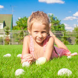 Портрет маленькой милой девушки играя с белизной Стоковые Фотографии RF