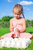Портрет маленькой милой девушки играя с белизной Стоковое Фото