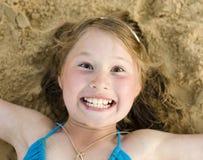 Портрет маленькой милой девушки на песке имея потеху Стоковая Фотография RF