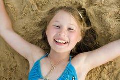 Портрет маленькой милой девушки на песке имея потеху Стоковые Фотографии RF