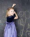 Портрет маленькой милой девушки около классн классного Стоковое Изображение RF
