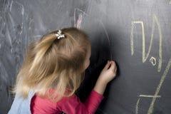 Портрет маленькой милой девушки около классн классного Стоковые Изображения RF