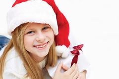 Портрет маленькой милой девушки с подарком на рождество Стоковые Изображения