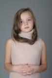 Портрет маленькой милой девушки с спокойным выражением на ее стороне Стоковые Фото