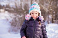 Портрет маленькой прелестной девушки в шляпе зимы на Стоковое Фото