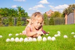 Портрет маленькой прелестной девушки играя с Стоковые Изображения