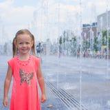 Портрет маленькой прелестной девушки имеет потеху внутри Стоковое Фото