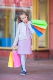 Портрет маленькой прелестной девушки ходя по магазинам outdoors Стоковые Фото