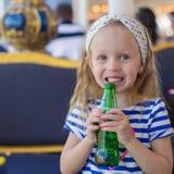 Портрет маленькой прелестной очаровательной девушки с водой бутылки Стоковые Фото