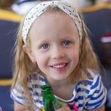 Портрет маленькой прелестной очаровательной девушки с водой бутылки Стоковое Изображение RF