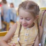 Портрет маленькой прелестной очаровательной смешной девушки Стоковые Изображения