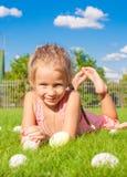 Портрет маленькой счастливой девушки играя с белизной Стоковая Фотография RF