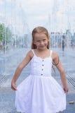 Портрет маленькой счастливой девушки имеет потеху в улице Стоковые Изображения