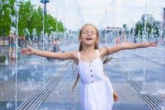Портрет маленькой счастливой девушки имеет потеху в улице Стоковое Фото