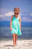 Портрет маленькой счастливой девушки наслаждаясь пляжем Стоковое Фото