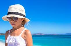 Портрет маленькой счастливой девушки наслаждаясь пляжем Стоковые Изображения