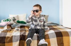 Портрет малого мальчика в черных солнечных очках Стоковая Фотография