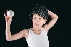 Портрет мальчика гримасы с оборудованием бейсбола Стоковое фото RF