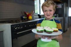 Портрет мальчика держа плиту с пирожными Стоковые Изображения RF