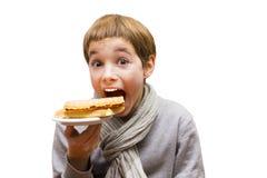 Портрет мальчика есть waffle - изолированный на белизне Стоковые Фотографии RF