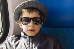 Портрет мальчика есть waffle - изолированный на белизне Стоковая Фотография