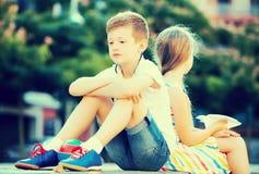 Портрет мальчика осадки сидя в парке стоковое фото rf