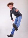 Портрет мальчика скача и танцуя Стоковые Изображения RF