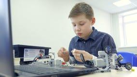 Портрет мальчика собирая робот Конец-вверх 4K акции видеоматериалы