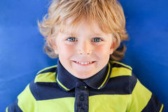 Портрет мальчика с светлыми волосами стоковая фотография