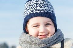 Портрет мальчика усмехаясь в зиме ребенок счастливый стоковые фотографии rf