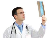 Портрет медицинского доктора с изображением рентгеновского снимка. Стоковое Изображение RF