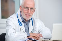 Портрет медицинского доктора с стетоскопом Стоковые Изображения RF