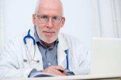 Портрет медицинского доктора с стетоскопом Стоковые Изображения