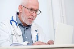 Портрет медицинского доктора с стетоскопом Стоковая Фотография