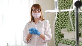 : Портрет медсестры больницы тереть ее руки в перчатках с противобактериологической жидкостью antiseptisizing они сток-видео