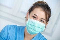 Портрет медсестры детенышей с маской Стоковое Изображение RF