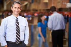 Портрет менеджера в складе стоковые фото