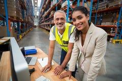 Портрет менеджера и работника склада работая совместно Стоковые Изображения RF