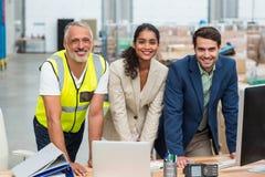 Портрет менеджеров и работника склада работая совместно Стоковые Изображения RF