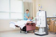 Портрет медсестры получать пациента ренальный Стоковое Изображение RF