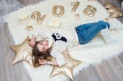 Портрет милого девочка-подростка на Рожденственской ночи Стоковое фото RF